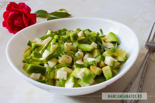 salata detoxifianta, cu avocado si frunze de papadie