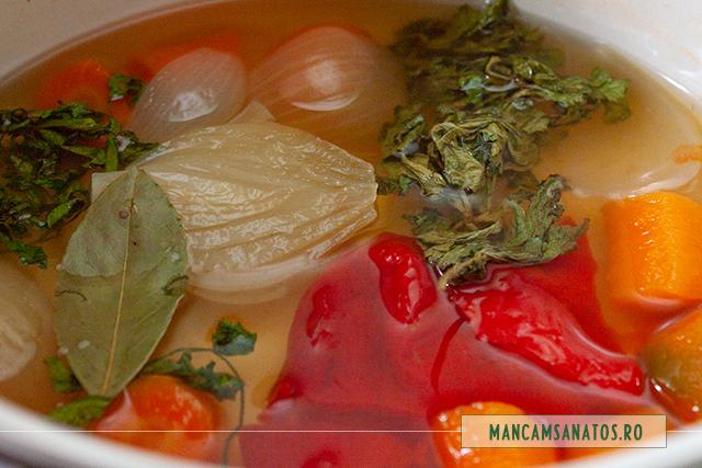 foaie de dafin, frunze de telina si de patrunjel, adaugate in supa crema hidratanta, cu ridichi crude
