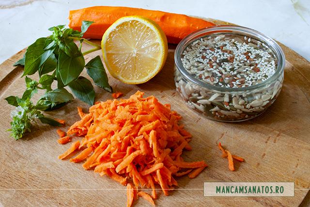 ingrediente pentru salata de morcovi cruzi, cu mix de seminte si frunze de busuioc