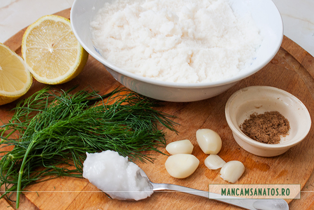 ingrediente pentru bulete pentru sos din faina de cocos, cu verdeata si condimente